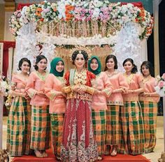 Bridesmaid Dresses, Bridesmaids, Wedding Dresses, Indonesian Wedding, Foto Wedding, Mom Dress, Wedding Poses, Kebaya, Traditional Dresses