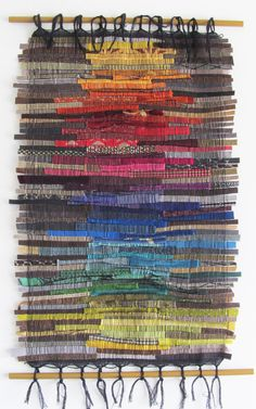 Attaccatura di parete questa grande tessile è stata tessuta su un telaio di Saori nel tradizionale stile giapponese Sakiori, unarte del riciclo tessuto strisce dal kimono nella tessitura. Questo pezzo è composto da selezionati mano tagliata strisce dei migliori tessuti di tappezzeria designer da tutto il mondo, modellato in una composizione di mosaico variopinto. Larte tessile è sospeso su tasselli di legno verniciati bronzo. Il risultato è un meraviglioso pezzo di arte parete perfetto…