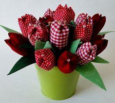 Tulipanes de tela Felt Crafts, Fabric Crafts, Diy And Crafts, Paper Crafts, Handmade Flowers, Diy Flowers, Fabric Flowers, Lavender Crafts, Diy Y Manualidades