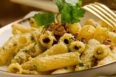 La pasta cremosa speck e noci è un primo piatto dal sapore intenso e molto coinvolgente. Si prepara in pochissimi minuti ma sarà davvero l'ideale. Ecco la ricetta