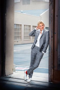 Ellen for the longest time has presented her style in a masculine way. Typically wearing suits in her public appearances and on tv. Butch Fashion, Queer Fashion, Androgynous Fashion, Tomboy Fashion, Androgyny, Tomboy Style, Fashion Tv, Work Fashion, Style Androgyne