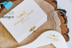 Tym razem zestaw Personalizowany Pudełko na obrączki+ wieszaki ślubne Państwa Młodych ♥ Do tego jeszcze kuferek i zestaw będzie kompletny :) Zapraszam na http://papier-nozyce.pl/ i https://www.facebook.com/Papier.nozyce/?fref=ts