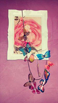 Collier papillon avec des bouteilles en plastique. Necklace with butterfly made from plastic bottle.