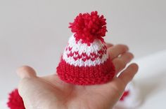 Tricot : petits bonnets grande cause ! (+patron gratuit) - Knitting And Crocheting Knitted Christmas Decorations, Crochet Christmas Hats, Bonnet Crochet, Knit Or Crochet, Patron Crochet, Crochet Summer, Crochet Pattern, Crochet Mermaid Tail, Knitting Dolls Clothes