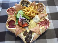 This Incredible Pizza Is The Best Possible Way To Eat Food. The pizza includes such delicious ingredients as pepperoni, steak, bacon and most importantly chips (or fries for our American readers). Pizza Hut, New Pizza, Pizza Food, Super Pizza, Incredible Pizza, 9gag Food, Bacon, Food Porn, Yummy Food