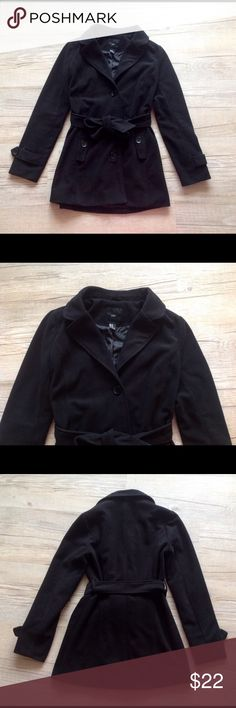 Forever 21 coat in black Size medium 4 - 6 Super cute forever 21 coat. Worn once, in excellent as new condition. Labelled a size medium, fits a 4 - 6. 32 inches in length from top of shoulder. Thick and warm, perfect for winter!! Forever 21 Jackets & Coats Pea Coats