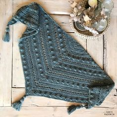 Este chal de pico va a ser tu próximo proyecto de crochet | SANTA PAZIENZIA Crochet Scarves, Crochet Shawl, Crochet Doilies, Crochet Clothes, Knit Crochet, Stitch Patterns, Crochet Patterns, Crochet Santa, Fillet Crochet