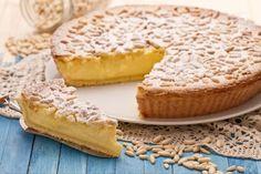 La torta della nonna è un dolce composto da un involucro di pasta frolla ricoperto di pinoli e zucchero al velo con un ripieno di crema pasticcera.