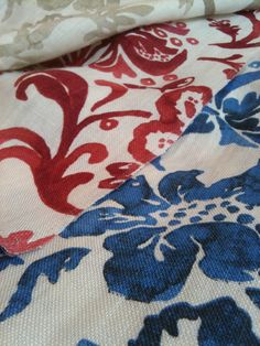 Linnen met bloempatroon voor gordijnen, tafelkleden of slaapkamerlinnen. Oregano Spice by Wind Exclusive Design.