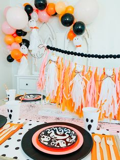 party table Pink and Orange Ghost Halloween Party Table Box Couples Halloween, Fröhliches Halloween, Holidays Halloween, Halloween Inspo, Halloween Themes, Halloween Costumes, Women Halloween, Halloween First Birthday, Halloween 1st Birthdays