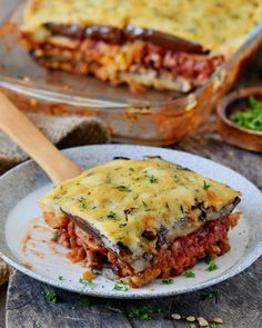 Delicious lentil moussaka with eggplant and potatoes. This popular Greek . - Delicious lentil moussaka with eggplant and potatoes. This popular Greek dish can easily be made wi - Vegan Lentil Recipes, Vegetarian Recipes, Moussaka Recipe Vegetarian, Healthy Eating Tips, Easy Healthy Recipes, Healthy Options, Moussaka Vegan, Eggplant Moussaka, Greek Recipes