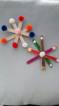 Flocons de neige, réalisés avec des MS, GS.   Matériel : Bâton en bois plat, feutres, pompons, pistolet à colle (uniquement utilisé par l'adulte). Ms Gs, Triangle, Pom Poms, Fedoras, Gun, Flakes, Snow, Winter, Dish