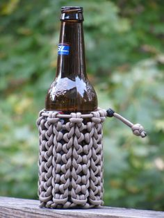 making a paracord beer cozy / pouch Paracord Knots, Paracord Keychain, 550 Paracord, Paracord Bracelets, Paracord Projects, Macrame Projects, Paracord Ideas, Splicing Rope, Paracord Accessories