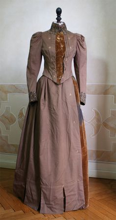 1888 dress front - Full wool dress made (consisting of bodice and skirt) with matching cape and hat. ____ (translated from Italian by Google)