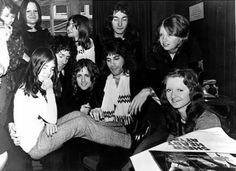 Freddie Mercury/Queen with fan girls, Queen Brian May, I Am A Queen, Save The Queen, Queen Photos, Queen Pictures, Queen Freddie Mercury, John Deacon, Queen Drummer, Roger Taylor Queen