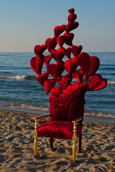 Sedia-scultura con volo di cuori!