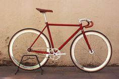 Really tempted to get a fixie. Fixi Bike, Bici Fixed, Touring Bicycles, Speed Bike, Fixed Gear Bike, Bike Style, Bike Design, Mtb, Fashion Cycle