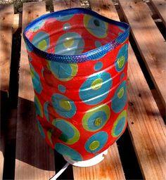 Lámpara de mesita, hecha con garrafas de agua. No pesa, no se estropea y es sostenible. La luz cálida crea un ambiente acogedor.