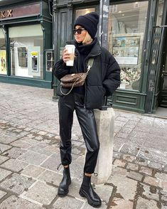 Casual Winter Outfits, Winter Fashion Outfits, Look Fashion, Trendy Outfits, Fall Outfits, Cosy Winter Outfits, Leather Pants Outfit, Black Hoodie Outfit, Beanie Outfit