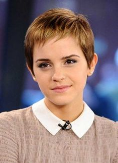 From Hermione's curly mane to that striking post-Potter pixie cut: Emma Watson is a hair hero. Having grown up in the spotlight, Emma Watson has had her hair. Emma Watson Pixie, Emma Watson Hair, Easy Hair Cuts, Short Hair Cuts, Short Hair Styles, Fine Hair Pixie Cut, Quick Hair, Short Bangs, Very Short Hair