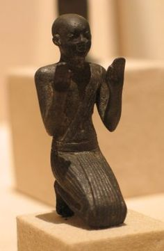 THIS LOOKS LIKE 25TH DYNASTY WORK TO ME Figure of a Kneeling Priest, ca. 664-332 B.C.E. Bronze, 2 5/8 x 13/16 x 1 3/16 in. (6.6 x 2.1 x 3 cm). Brooklyn Museum, Charles Edwin Wilbour Fund, 35.1031. Creative Commons