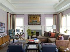 lavandel wohnzimmer einbaukamin sessel leder wandspiegel