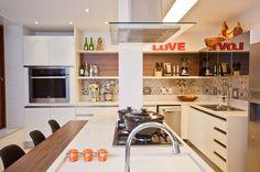Cozinha integrada com armários brancos e   ladrilho hidráulico. #kitchen #homedecor #cocina #decoração #apartamentodecorado #cozinhaplanejada #cozinhamoderna #interiordesign #tiles