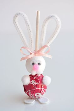 These lolly pop bunnies are SO CUTE and they're really simple to make! This is such a great spring craft to do with your kids or grandkids! They'd be super cute to put into Easter baskets, or Easter Crafts For Seniors, Egg Crafts, Bunny Crafts, Easter Crafts For Kids, Rabbit Crafts, Easter Candy, Easter Treats, Easter Gift, Spring Crafts