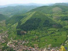 Pyramiden in Europa? Kann das wirklich sein? Allem Anschein nach, ja! womöglich befindet sich in Bosnien sogar die größte Pyramide der Welt! Im Oktober 2005 gab der bosnisch-amerikanische Entdecker Semir Osmanagic bekannt, er habe in der Nähe der bosnischen Stadt Visoko, ca. 25 km nordwestlich von Sarajewo entfernt, unter dem ca. 700 m hohen Berg Visocica eine Pyramide gefunden. Etwa 5 m unter der Oberfläche des Berges entdeckte er 17 Stufen aus Sandstein.
