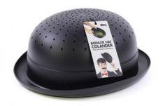 Bowler Hat Colander De grote hoed (8 x 24 x 11 cm) heeft genoeg plek om gekookte groentes, pasta's en salades af te gieten. #vergiet #hoed #bowlerhat #colander #doiy #cadeau #kookcadeau #sinterklaascadeau #kerstcadeau