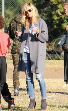 Heidi Klum from The Big Picture: Today's Hot Pics Game day! The America's Got Talent judge attends her kid's soccer game in Brentwood, Calif. Soccer Game Outfits, Soccer Mom Style, Blonde Celebrities, Photo Today, Kids Soccer, Victorias Secret Models, Heidi Klum, Hottest Photos, Denim Fashion