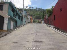 Rues penchées dans la ville typique de Oaxaca, Mexique