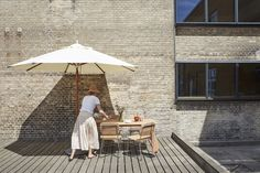 Designed by Bjarke Ingels Group for Skagerak, the Lily series takes on the form of its namesake to create a group of outdoor furniture. Lounge Furniture, Garden Furniture, Indoor Outdoor Furniture, Outdoor Decor, Outdoor Living, Garden Parasols, Lounge Chair Cushions, Long Holiday, Design Bestseller