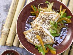 Steinbeißerfilet auf japanische Art - mit Gemüse-Julienne, Ingwer und Chili - smarter - Kalorien: 374 Kcal - Zeit: 30 Min. | eatsmarter.de