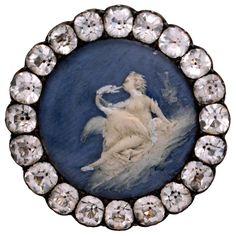 Bouton Fin du XVIIIe siècle - Cire sur porcelaine, strass - © Les Arts Décoratifs, Paris / photo : Jean Tholance