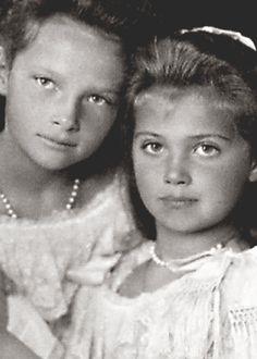 Grand Duchesses Tatiana and Maria Nikolaevna of Russia, 1906.