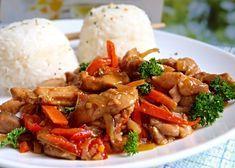 Rychlá minutka z naloženého kuřecího masa zprudka orestovaného na pánvi, servírovaného promíchaného se zeleninou opečenou ve výpeku po mase.