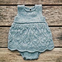 60 New ideas crochet baby romper pattern inspiration Baby Knitting Patterns, Knitting For Kids, Baby Patterns, Stitch Patterns, Knit Baby Dress, Knitted Baby Clothes, Baby Knits, Knitted Romper, Baby Romper Pattern