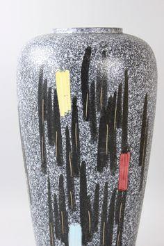 50er Jahre Bodenvase, Große Keramik Vase, Schwarz Weiß, Westgerman Pottery, Mid Century Germany  Große, wunderbare Bodenvase aus den 50er Jahren.  Das Dekor ist typisch für die damalige Zeit: grafisches Ritzdekor in Schwarz-Weiß gepaart mit Farbkleksen in Hochglanzglasur auf einer schwarz-weißen Schrumpfglasur. Die Bodenvase ist mit großer Wahrscheinlichkeit von Scheurich & Greulich Keramik.  Sie ist in einem hervorragenden Vintage-Zustand, keine Chips oder Risse. Ein tolles Sammlerstück....