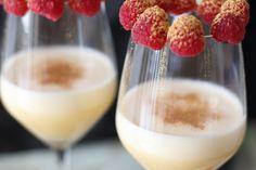 Champagnercreme mit goldenen Himbeeren - Zum Silvestermenü wird eine leckere Champagnercreme mit Gold-Himbeeren serviert.