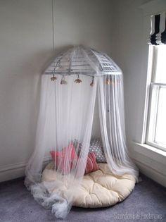 baldaquin, coin lecture, décoration, DIY, fauteuil, lounge, moustiquaire, rotin