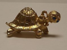 Vintage-Gold-tone-Turtle-Brooch-Pin-with-Sparkling-Blue-Eyes