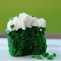 Green velvet cupcake for st patty's day! Green Velvet Cake, Red Velvet, Green Cake, Eclair, Cupcake Recipes, Cupcake Cakes, Cupcake Ideas, Just Desserts, Delicious Desserts