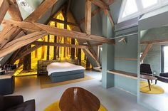 Located in Bruges, Belgium and completed in This modern hotel with taste of art, La Suite Sans Cravate was designed by Véronique Bogaert. Exposed Ceilings, Exposed Beams, Design Simples, Interior Architecture, Interior Design, Interior Minimalista, Loft, Attic Spaces, Historic Homes