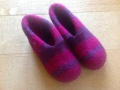 Tangs univers: Sutsko - en meget let model Knitting For Kids, Free Knitting, Granny Square Crochet Pattern, Crochet Patterns, Chrochet, Knit Crochet, Hooded Scarf Pattern, Felted Slippers, Slipper Socks