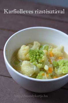 Kezdjük az új évet egy levessel, mit szóltok? Imádom a karfiolt, magában a fehérből is jó lenne a leves, de ha sikerül a padoga verzióho...