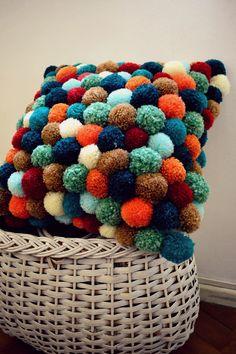 Original Almohadón lleno de pompones. Tamaños estándares y personalizados. Disponemos de una amplia gama de colores para que podamos jugar y decorar permanentemente.