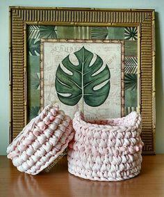 Como não se apaixonar por estes mini cestos?? E ainda espera uma princesa pra ser dona deles!!! O charme fica por conta do detalhe em mini pompom ao redor. Feito em  crochê perfeito para organizar e decorar.
