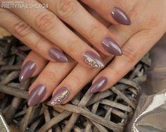 #fullcover #nails #nude #trend Meine Kollegin Kathi steht vor allem jetzt im Herbst auf schimmernde Nude-Farbtöne. Zu dem eher schlichten Nude-Look, passt der Schmucknagel als Highlight absolut. Gefällt Euch Kathis Look? Eure Janne