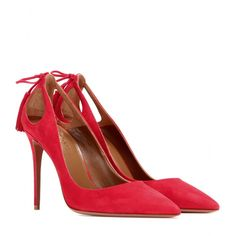 Aquazzura - Escarpins en daim Forever Marilyn - En daim rouge, ces escarpins Aquazzura se font encore plus sensuels grâce à leurs découpes. Deux pompons parent leurs talons afin de leur apporter mouvement et une pointe d'exubérance. seen @ www.mytheresa.com